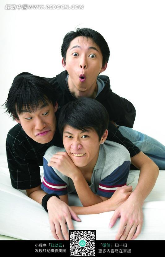 三个抱在一起搞怪的男人图片