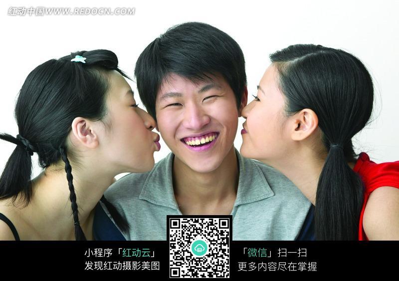 两个美女亲吻帅哥图片