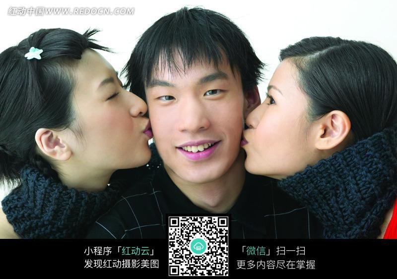 两个美女亲吻微笑帅哥图片