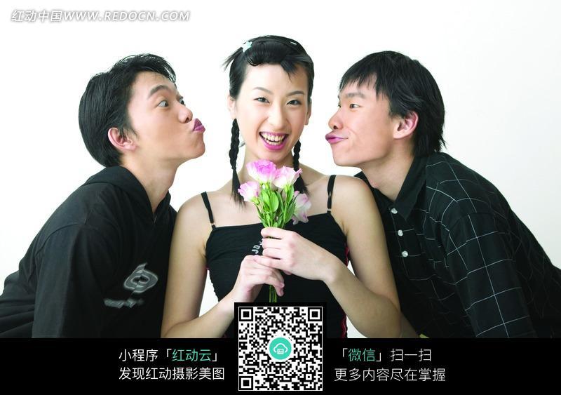 两个想要亲吻美女的男子图片