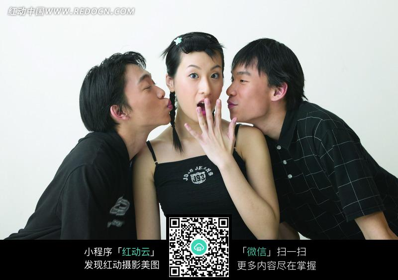 两个男人亲吻手掌放在嘴边的美女图片