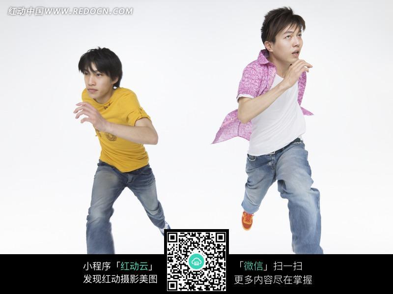 两个并排向前跑的男孩图片_日常生活图片