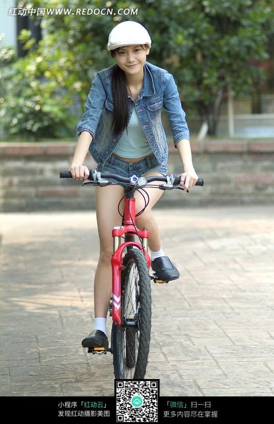 骑自行车的帅气牛仔女孩图片
