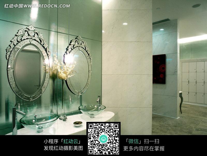 卫生间里的两面镜子和圆形创意洗脸盆