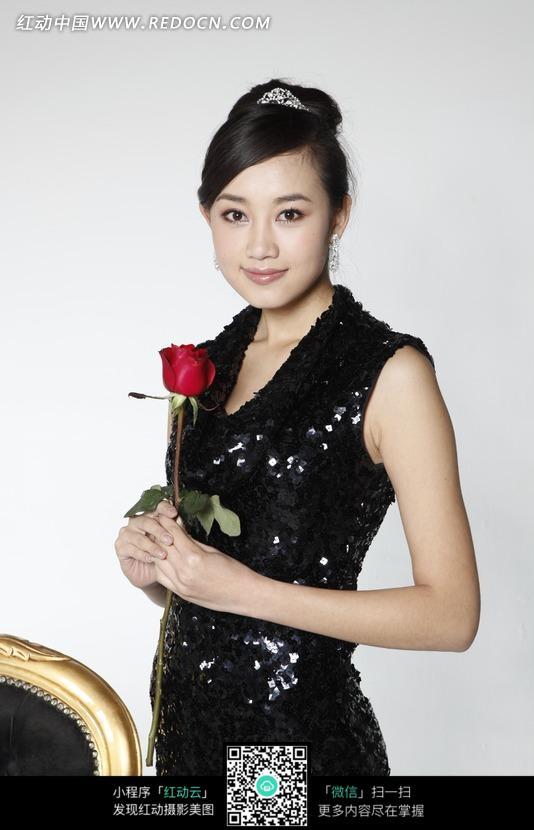 拿着玫瑰花女人的特写图片