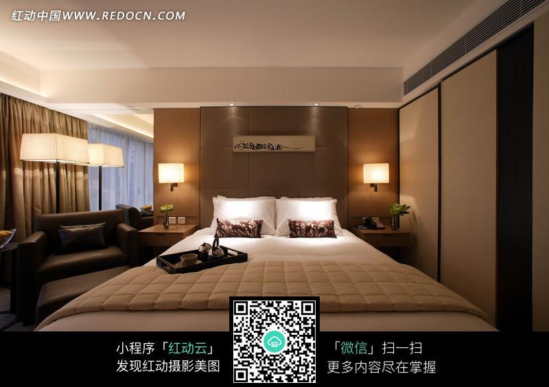 睡房的床头背墙方向装修效果