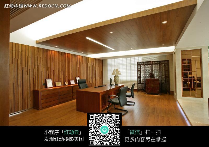 木桌木柜和黑色椅子_室内设计图片