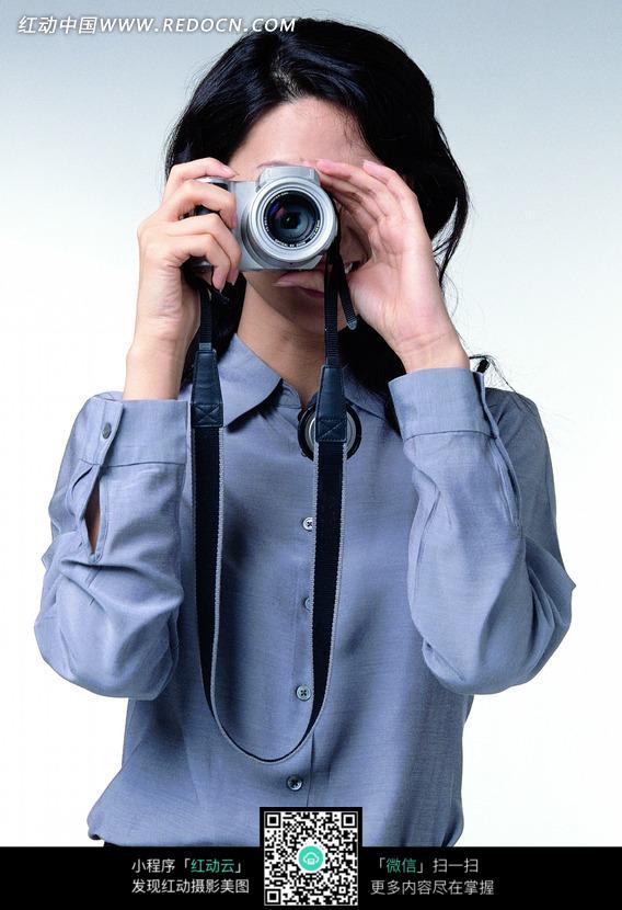 拿相机的女孩卡通手绘线稿_人物卡通图片_红动手机版
