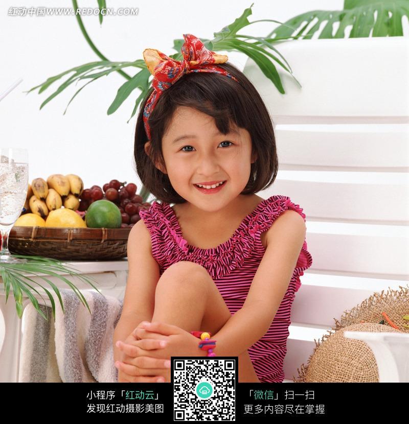 抱住儿童上坐在腿的图片躺椅_女孩幼儿女生与什么好属图片属的虎图片