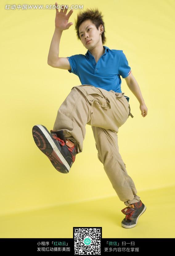 跳舞的男孩图片