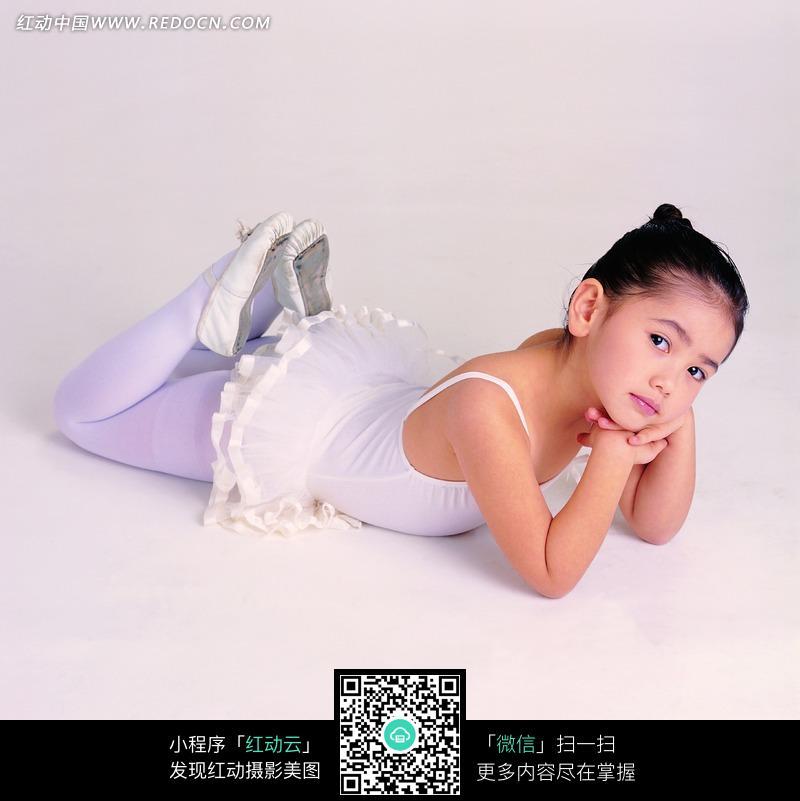 趴在地上的芭蕾舞女孩图片