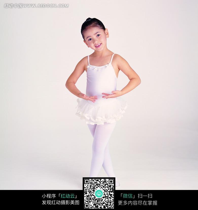 练习舞蹈的芭蕾舞女孩图片