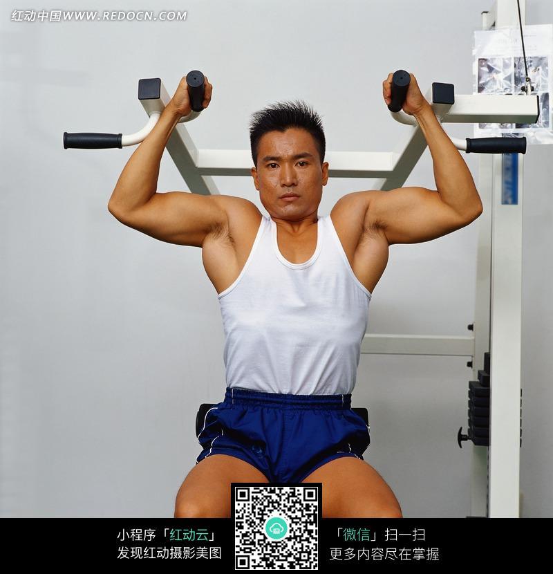 健身男子正面特写照图片