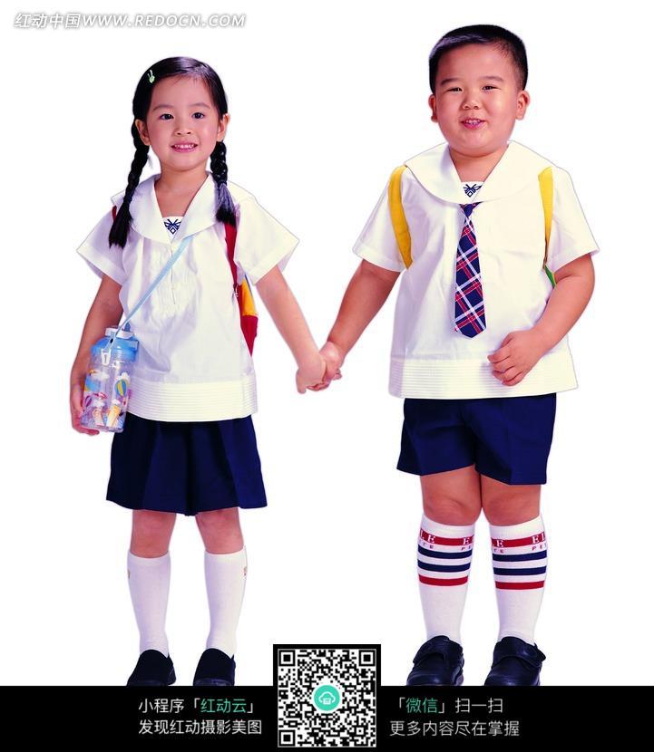手拉手的两个可爱的小学生