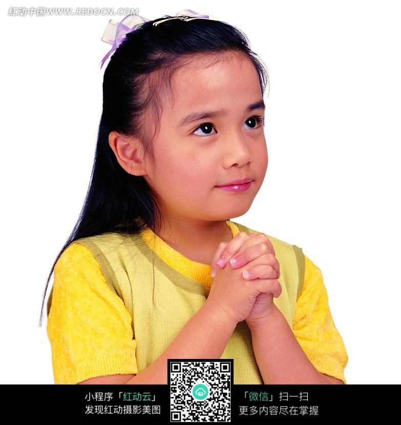 祈祷的小女孩图片
