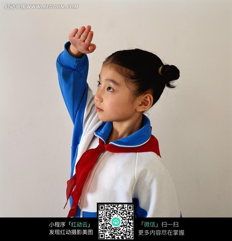 敬礼的红领巾女孩图片