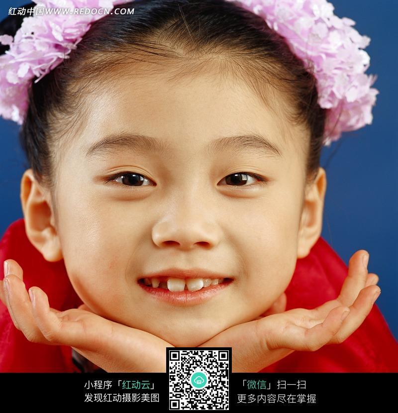 手托腮微笑的女孩图片