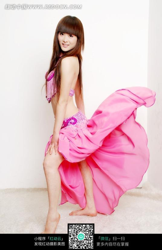身穿粉色裙子的美女图片