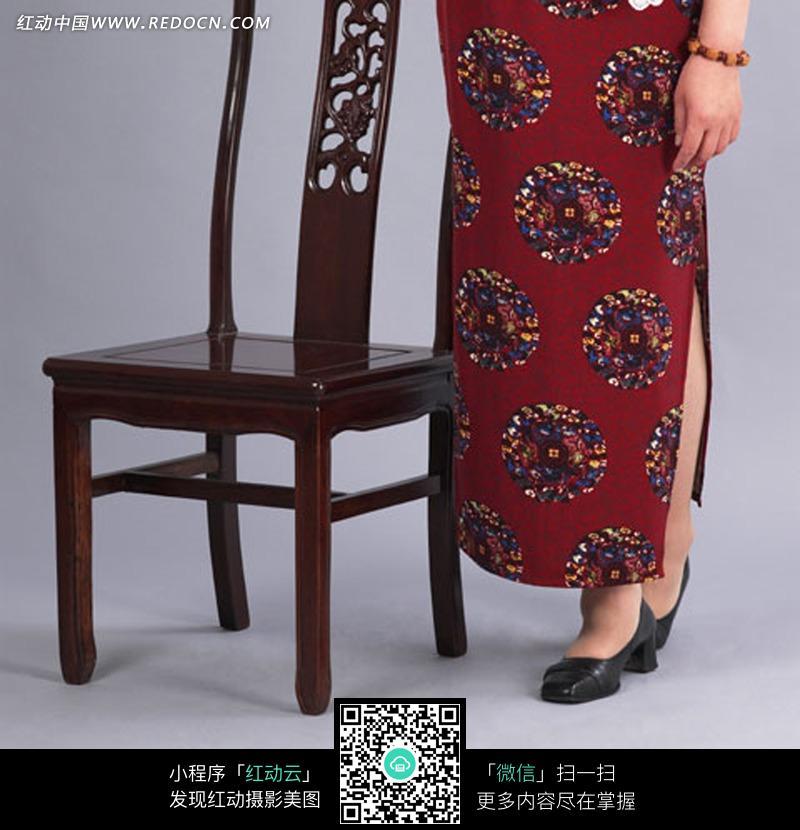 窗边的茶几和椅子 墙边4把欧式椅子 老椅子 中国传统的竹藤椅子 公园