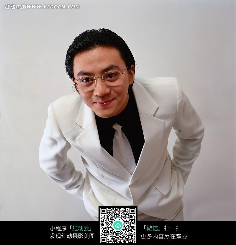 白西装 微笑 眼镜 职业男性 表情特写 人物摄影 jpg图片素材 生活照片