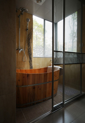 浴室内木质浴缸和百叶窗图片