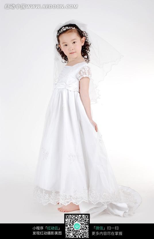 穿着婚纱的小女孩