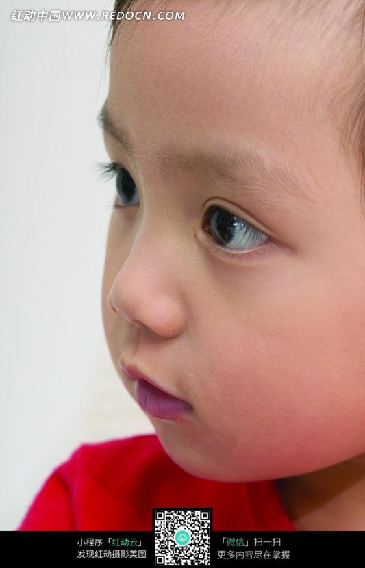 红色衣服的小男孩侧脸特写_儿童幼儿图片