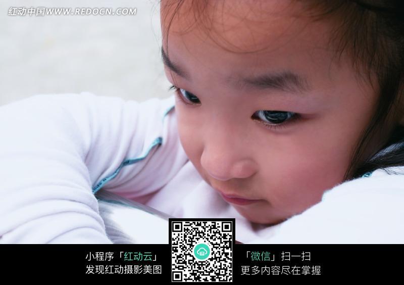 白色衣服的小女孩面部表情特写图片