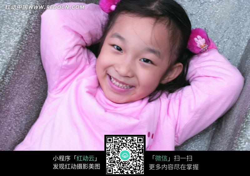 躺在石头上穿粉色衣服的小女孩图片_儿童幼儿