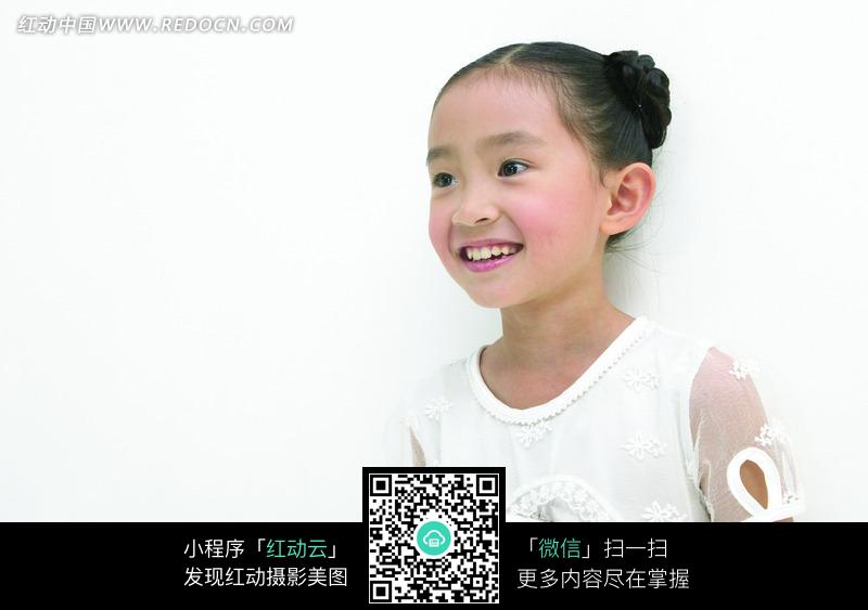 穿着白色衣服微笑的小女孩_儿童幼儿图片
