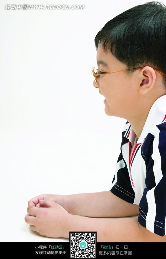 戴着眼镜的男孩侧面图片