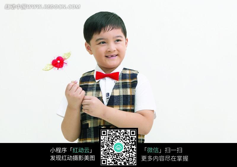 拿着红色心形礼物的小男孩图片