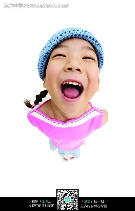 戴着蓝色帽子张大嘴巴的小女孩图片