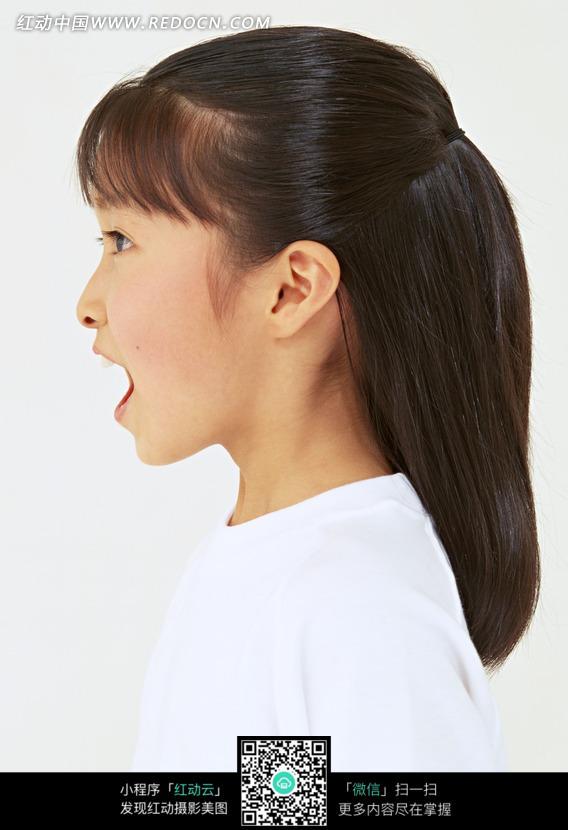 张大嘴巴的小女孩侧面图片