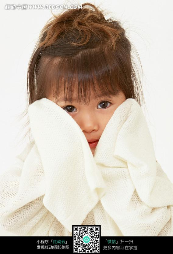 擦幼小女孩穴_用手帕擦脸的小女孩图片_儿童幼儿图片