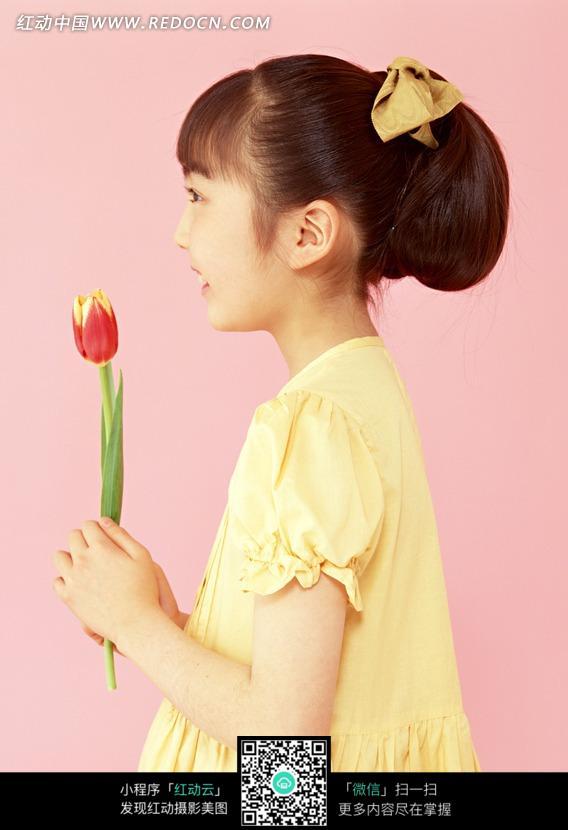 拿着郁金香的可爱小女孩侧面图片 儿童幼儿