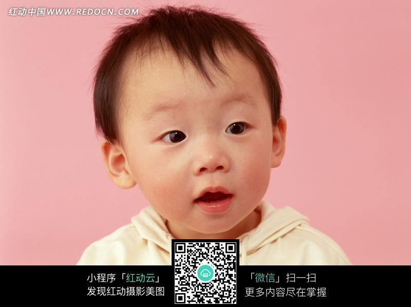 表情疑惑的的可爱小男孩图片