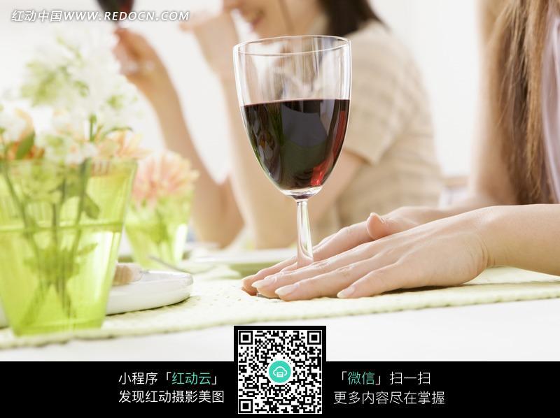 美女手前的一杯红酒图片