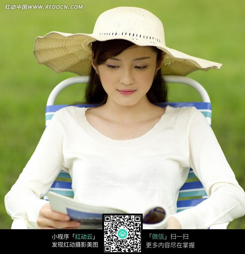 躺着折叠椅上看书的美女图片 女性女人图片