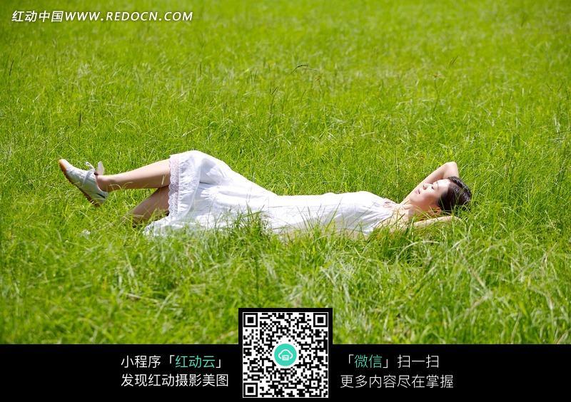 躺在草地上的美女图片