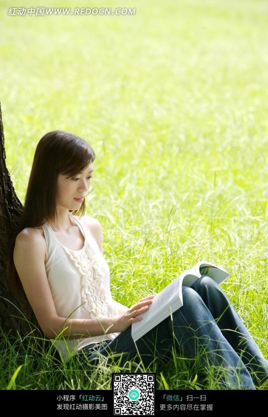 坐在草地里看书的美女图片 女性女人图片