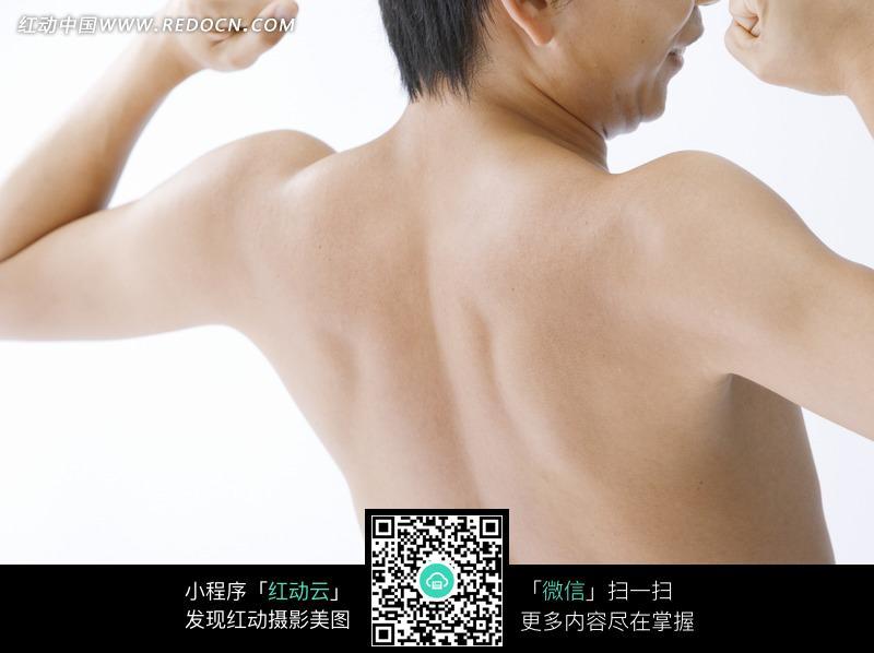 手机 鼓起/举起双手的肌肉鼓起的男子的背部