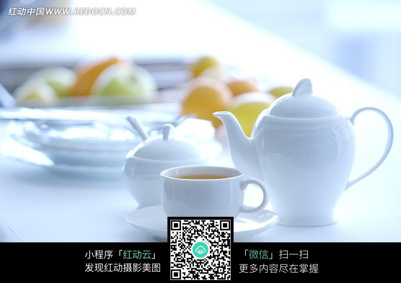 白色陶瓷茶壶和茶杯