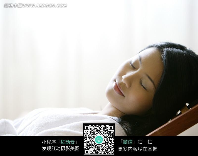 躺在木椅上休息的美女图片