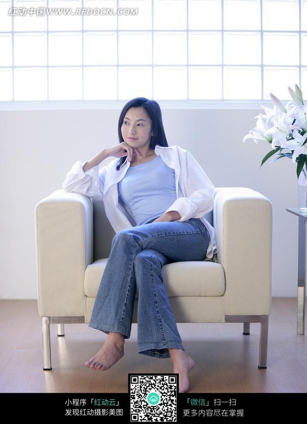 跷二郎腿倚坐在沙发上的美女图片