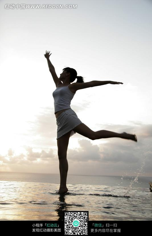海边跳舞的美女图片 日常生活图片