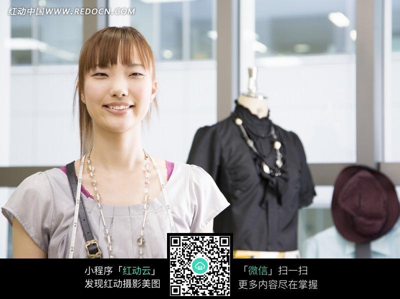 服装店里微笑的美女店员图片