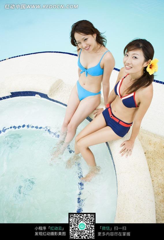游泳池边泡脚的性感美女图片