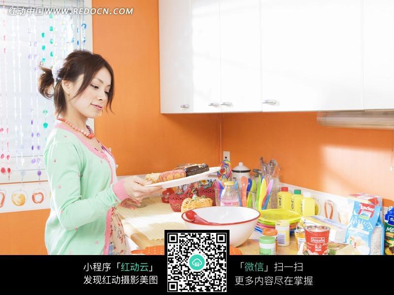 正在学做菜的美女图片