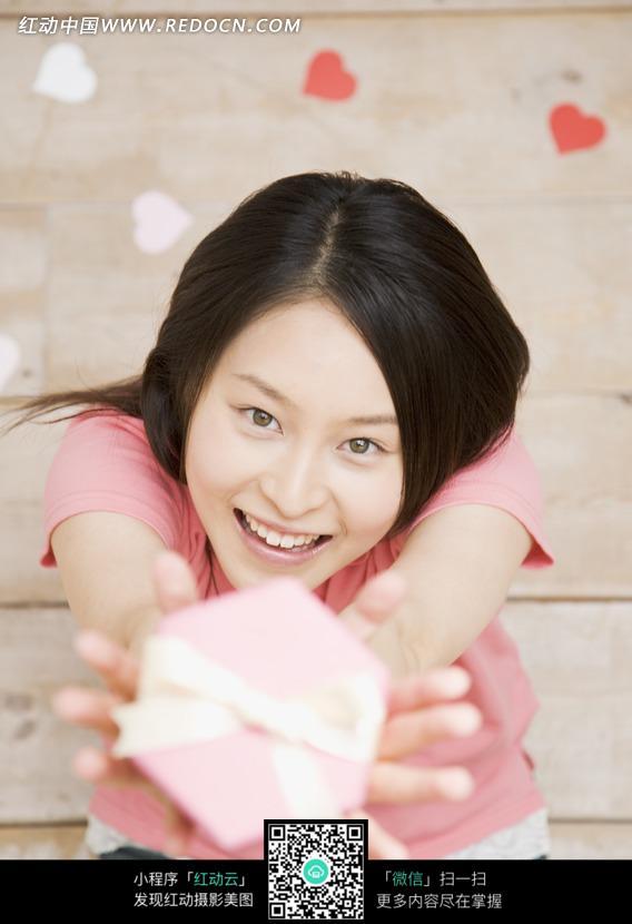 美女图片 美女 礼物/双手举着礼物盒开心笑的粉衣美女图片...